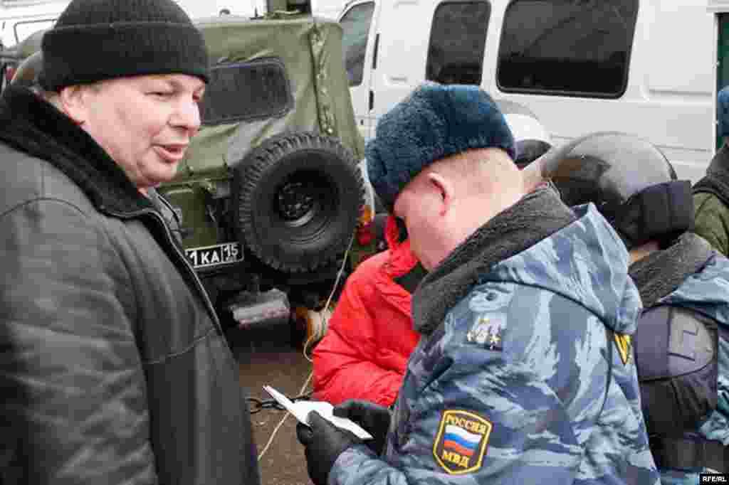 Активиста правозащитного движения Михаила Кригера задержали через несколько секунд после разговора с корреспондентом Радио Свобода.