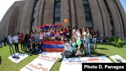 Armenia - Youth activists demonstrate outside the Yerevan Mayor's Office, 2Aug2013.