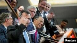 Dean Baquet nga New York Times (në mes) duke e festuar fitimin e Çmimit Pulitzer