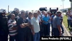 Bivši radnici KAP-a blokirali cesti Podgorica Cetinje