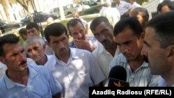 Azadkənd kəndinin bir qrup sakini Prezident Administrasiyasının yaxınlığında toplaşdılar