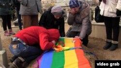 На могиле главы организации «Свободные ЛГБТ» Исы Шахмарлы, 23.01.2014