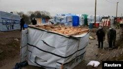 پلیس فرانسه از سه روز پیش عملیات تخریب آلونکهای مهاجران را آغاز کرده است.