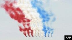 """""""Акробатический патруль"""" ВВС Франции на одном из празднований 14 июля"""