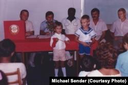 Міхаіл Сэндэр чытае савецкія вершы на палітсходзе ў Нігерыі