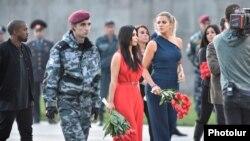 2015-ci ilin aprelində Kim Kardashian bacısı Khloe Kardashianla erməni qətliamının 100 illiyində iştirak etmək üçün Yerevana səfər edib
