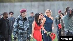 Ким и Хлои Кардашян посещают мемориал памяти жертв Геноцида армян, 10 апреля 2015 г.