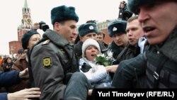 Евгению Чирикову задерживают за установку зеленой палатки на Красной площади
