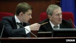 Київський міський голова Леонід Черновецький (праворуч) та секретар Київради Олесь Довгий, 24 березня 2011 року