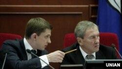 Бывший мэр Киева Леонид Черновецкий (п) и экс-секретарь Киевсовета Олесь Довгий, архивное фото, 2011 год
