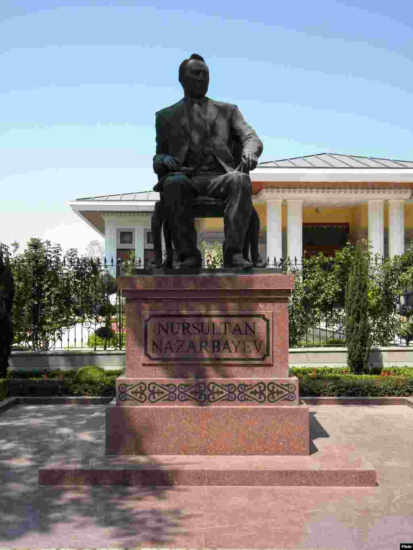 Нұрсұлтан Назарбаевтың Анкарада 2010 жылы қойылған ескерткіші.