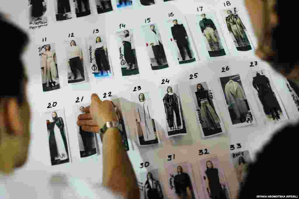 Дизайнери додають фінальні штрихи до колекції перед початком показу