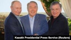 Солдаң оңға қарай - Ресей президенті Владимир Путин, Қазақстан президенті Нұрсұлтан Назарбаев және Өзбекстан президенті Шавкат Мирзияевтың Сарыағаштағы бейресми кездесуі. 20 қазан 2018 жыл.