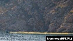 Рыбаки выбирают сети у входа в Балаклавскую бухту