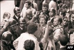 3 траўня 1968 года. Даніель Кон-Бэндыт сьпявае «Інтэрнацыянал» па дарозе на пасяджэньне дысцыплінарнай камісіі Сарбоны
