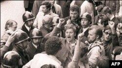 """Даниэль Кон-Бендит поет """"Интернационал"""" по пути в Сорбонну, май 1968"""