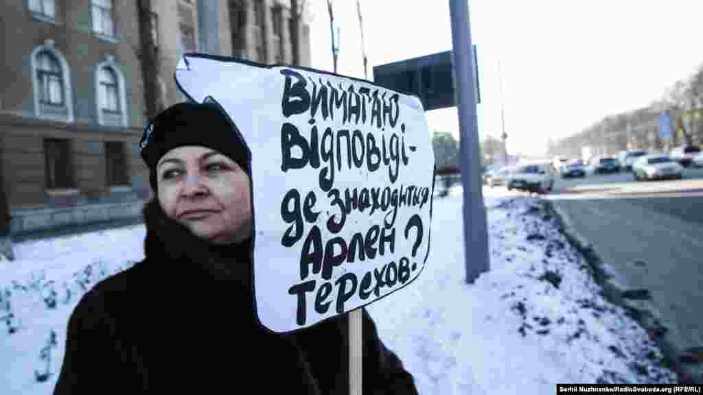 Они держали плакаты, призывающие Россию расследовать факты исчезновения крымчан на полуострове с 2014 года