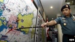Ինդոնեզիայի նավատորմի որոնողական և փրկարարական թիմի հրամանատար ծովակալ Աբդուլ Ռաշիդը քարտեզի վրա ցույց է տալիս որոնողական աշխատանքների շրջանը, 29-ը դեկտեմբերի, 2014թ․