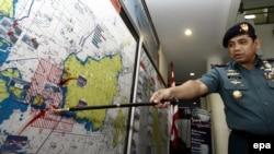 Руководитель поискового ведомства ВМС Индонезии указывает на карте место поисков пропавшего лайнера Air Asia 29 декабря, 2014
