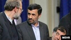 از راست: محمدرضا باهنر، محمود احمدی نژاد و علی لاریجانی.