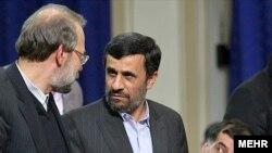 محمود احمدی نژاد (راست) در حال صحبت با علی لاریجانی، رییس مجلس شورای اسلامی