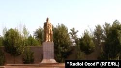 Ҳайкали Исмоили Сомонӣ дар маркази ноҳияи Шаҳритус