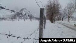 Чарбак чек ара тозотунун жанына тартылган тикен зым. Баткен, 16-январь, 2013.