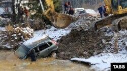 Спасатели МЧС во время работ по поиску рабочих на прииске у деревни Щетинкино