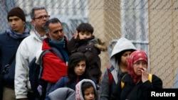 Pamje e migrantëve që e kanë kaluar kufirin nga Sllovenia dhe kanë arritur në Austri