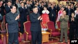 Північнокорейський лідер Кім Джон Ин на концерті з нагоди державного свята Дня Сонця, дня народження його діда Кім Чен Іра, 15 квітня 2013 року