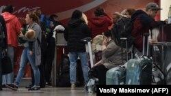 Пассажиры ожидают вылета в аэропорту (Иллюстративное фото)