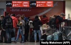 """Пассажиры авиакомпании """"ВИМ-Авиа"""" в Домодедово. 26 сентября"""