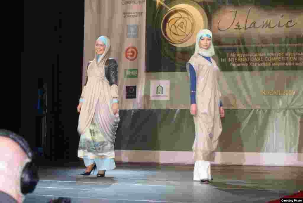 "Казанда беренче тапкыр ""Islamic clothes"" халыкара мөселман модасы бәйгесе узды. Анда хатын-кызлар, ирләр һәм балалар өчен коллекцияләр тәкъдим ителде. Бәйгедә гомумән 40 модельер катнашты. Һәм 51 коллекциянең 10-ысы финалга узды. Дизайнерларның эше Pret-a-porte"", ""Du Luxe"" һәм ""Милли костюм"" номинацияләре нигезендә бәяләнде. Беренче номинациядә жюри гран-при бирмәде. Калган ике номинациядә дә Казаннар җиңде: Эльмира Хаматова һәм Наҗия Вәлиева."