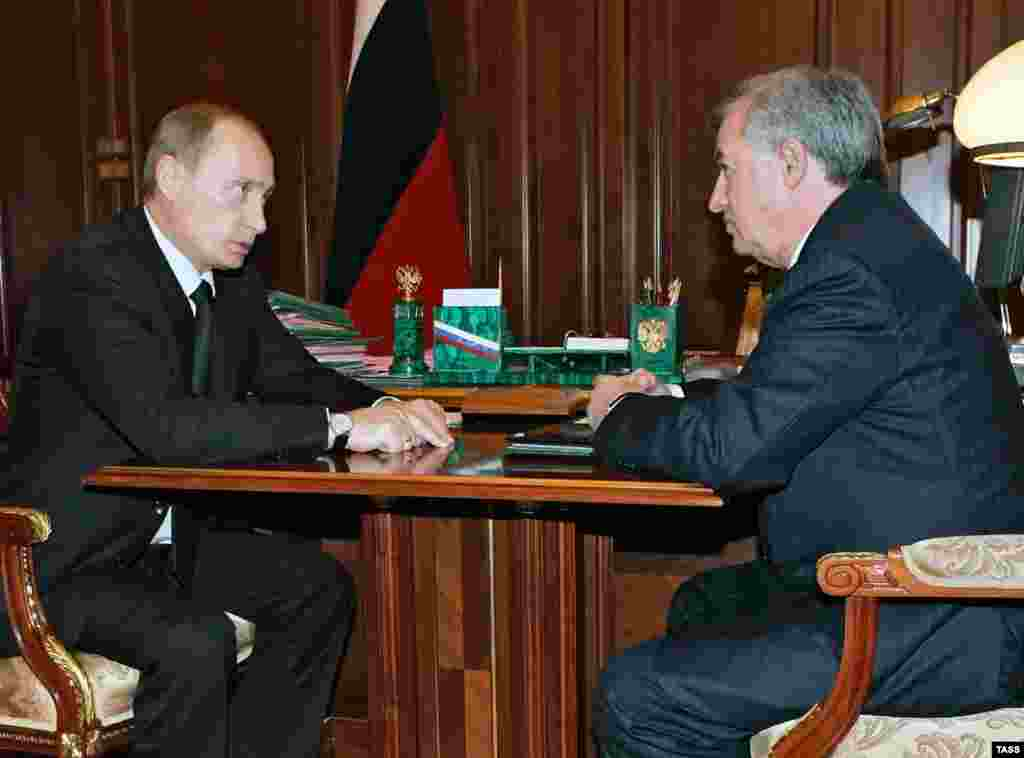 Russia -- President Vladimir Putin (L) meets with Transneft President Semen Vainshtok, Moscow, 13Nov2006 - Caption: ITAR-TASS 100: MOSCOW, RUSSIA. NOVEMBER 13. Russian President Vladimir Putin holds a meeting with Transneft President Semen Vainshtok, L-R, in the Kremlin. (Photo ITAR-TASS