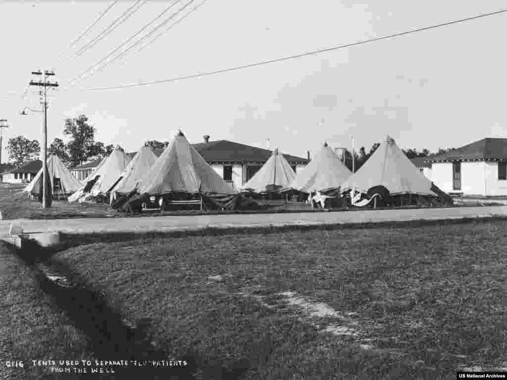 Палатки, използвани за къщи на болни от грип пациенти в Арканзас през 1918 г. Без ваксина и във време, когато антибиотиците все още не са открити, само изолацията и личната хигиена да ограничавали ефективно разпространението на испанския грип.