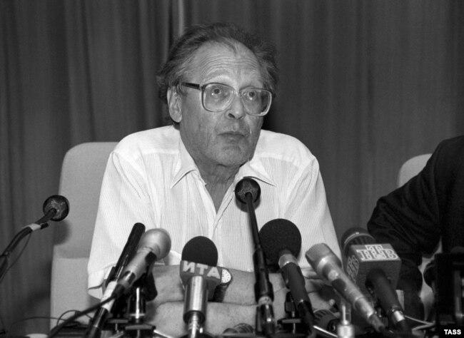 Сергей Ковалев на пресс-конференции. Москва, 1995 год