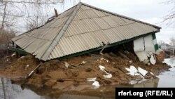 Сәуірдегі тасқын салдарынан Ғабиден Мустафин ауылындағы бір бұрышы құлап қалған үй. 17 сәуір 2015 жыл.