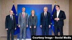 Учасники зустрічі в Брюсселі (зліва направо): прем'єр-міністр та президент Косова Іса Мустафа і Хашим Тачі, голова європейської дитпломатії Федеріка Моґеріні, президент і прем'єр-міністр Сербії Томислав Николич та Александар Вучич, 24 січня 2017 року