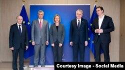 Учасники зустрічі в Брюсселі (зліва направо): прем'єр-міністр та президент Косова Іса Мустафа та Хашим Тачі, голова європейської дитпломатії Федеріка Моґеріні, президент і прем'єр-міністр Сербії Томислав Николич та Александар Вучич, 24 січня 2016 року