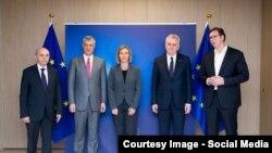 Слева направо — премьер-министр Косова Иса Мустафа, президент Косова Хашим Тачи, представитель Евросоюза по внешней политике Федерика Могерини, президент Сербии Томислав Николич, премьер-министр Сербии Александр Вучич. Брюссель, 24 января 2017 года.