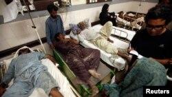 Disa njerëz nga rajoni i goditur nga tërmeti e marrin ndihmën e parë në një spital në qytetin Karaçi