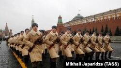Участники генеральной репетиции торжественного марша на Красной площади в честь 78-летия военного парада 7 ноября 1941 года. Москва, 5 ноября 2019 года