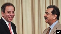 АКШ менен Пакистандын расмий өкүлдөрү утур-утур жолугушууда. Бирок эки ортодо олуттуу проблема бардай. Пакистан премьери Юсуф Риза Гилани жана АКШ мамкатчысынын орун басары Томас Найдис жолугууда. Исламабад, 13-июнь, 2011-жыл.