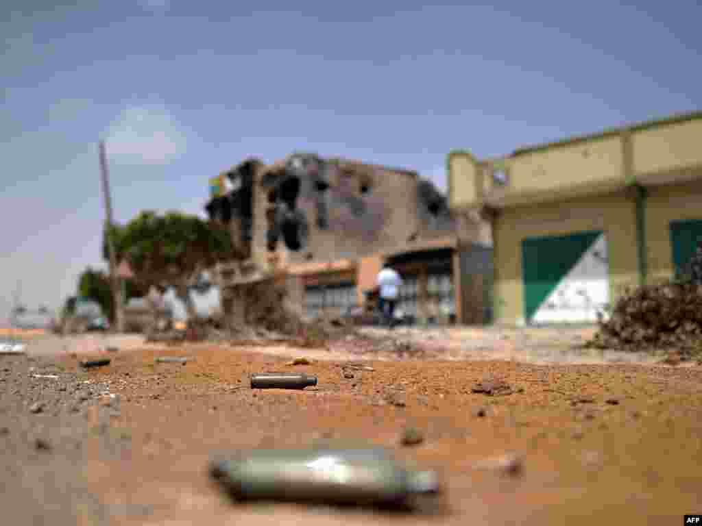 Libija - Uništene ulice Tripolija, 26.04.2011. Foto: AFP / Christophe Simon