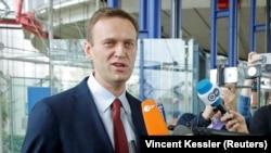 Rossiya muxolifati rahbari Aleksey Navalniy 15 noyabr kuni Strasburgda sud hukmi o'qilgandan so'ng jurnalistlar bilan suhbatlashmoqda.