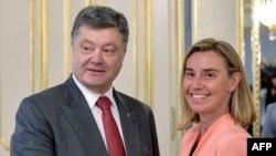 Președintele Petro Poroșenko cu Federica Mogherini, candidată la conducerea politicii externe a UE, la Kiev la 7 iulie