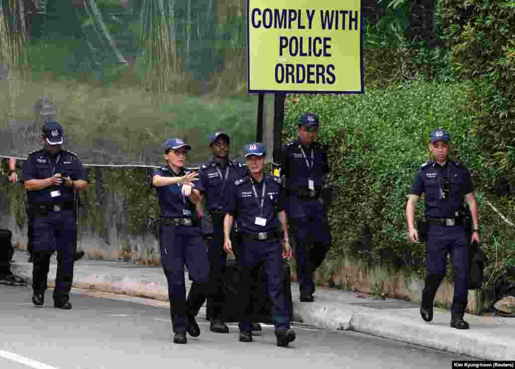 Полицейские у Capella Hotel, где проходили американско-северокорейские переговоры на высшем уровне.