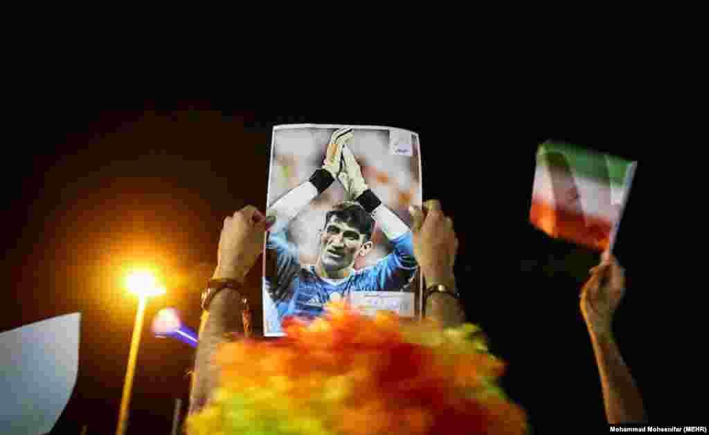 قدردانی از بیرانوند. دروازهبان تیم ملی فوتبال ایران در آخرین بازی، ضربه پنالتی کریستیانو رونالدو را مهار کرد