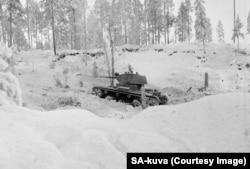 Танк Радянської армії «котиться» фінляндською землею. Недооснащені фіни спершу з усіх сил намагалися протистояти радянським бронетранспортним колонам
