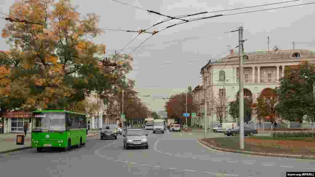 На цьому перехресті вулиця Велика Морська переходить у площу Ушакова, а ліворуч від перехрестя – вулиця Шмідта